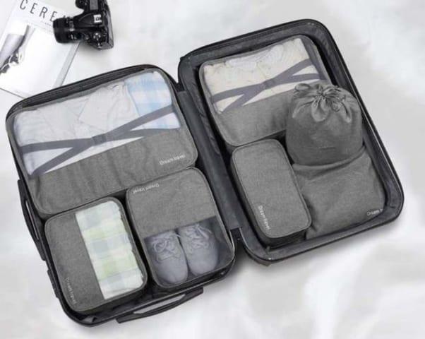 用途別にポーチに収納された荷物