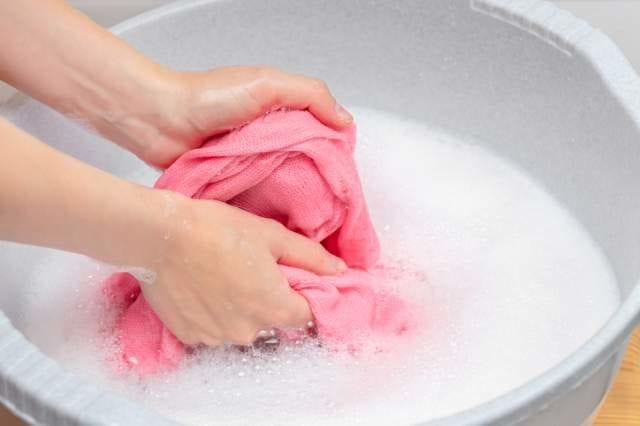 服を手洗いする