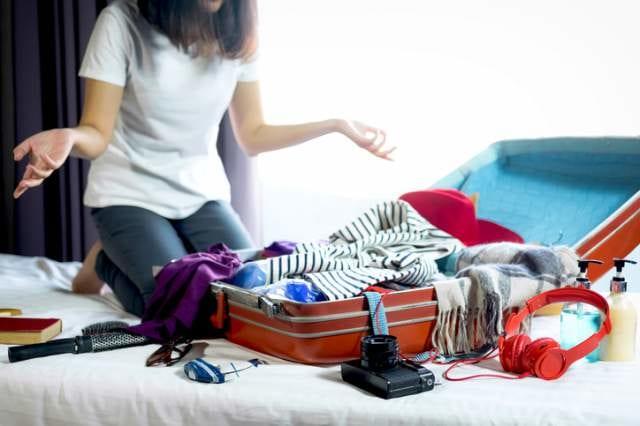 スーツケースから溢れた荷物