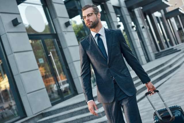 スーツを着用した男性