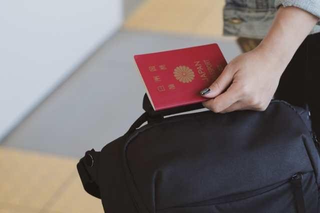 パスポートを携帯する女性