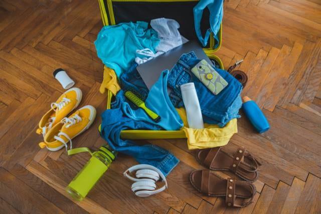 荷物いっぱいのスーツケース