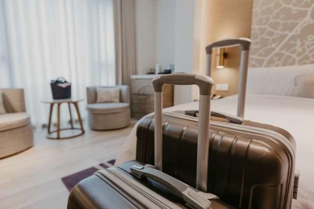 ホテルの客室にあるスーツケース