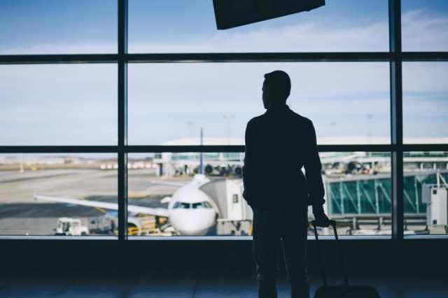 飛行機の搭乗を待つビジネスマン