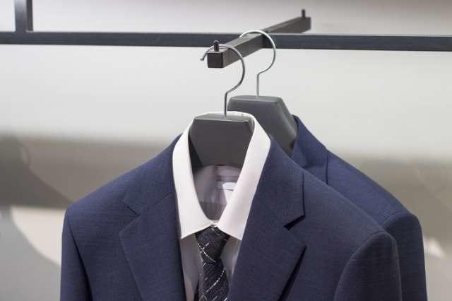 ハンガーに掛けられたスーツ