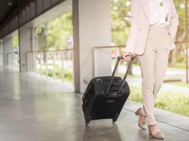 スーツケースを引く日本人