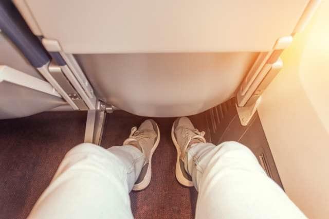 飛行機乗客の足元