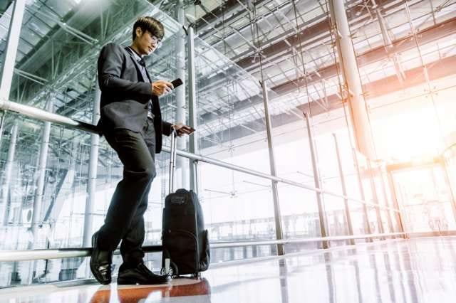スーツケースを持つ日本人
