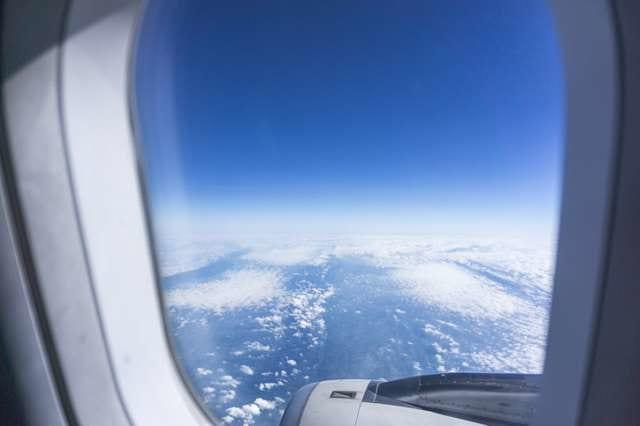 飛行機の窓の景色