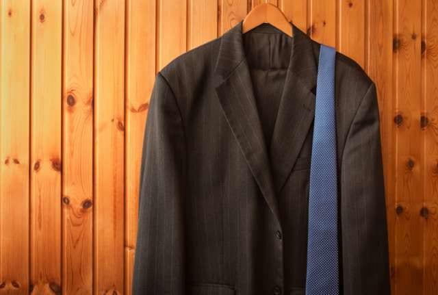 シワの出来たスーツ