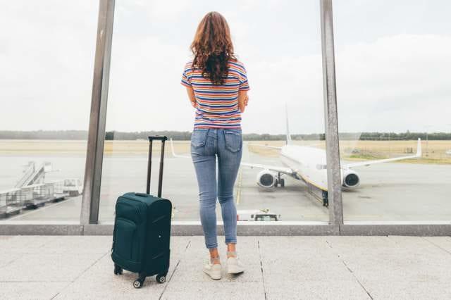 空港で飛行機を見る女性
