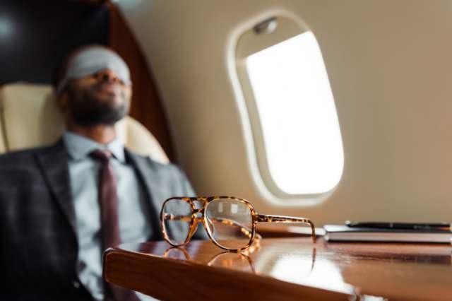 アイマスクをつけて仮眠をとるビジネスマン