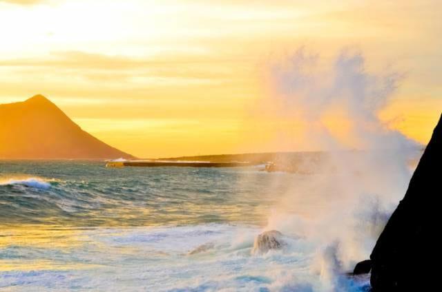 八丈島の荒れる海