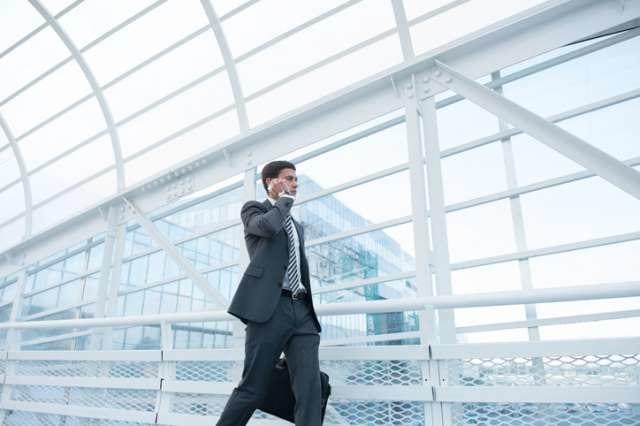 バッグ一つを持ち歩くビジネスマン