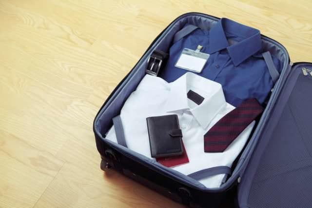 スーツケースの中のワイシャツ