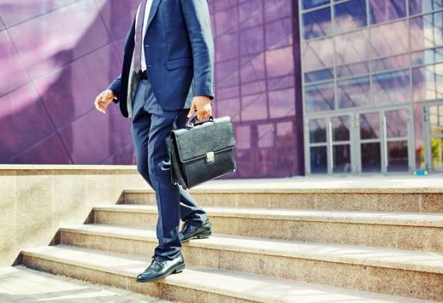 ガーメントバッグを持つビジネスマン