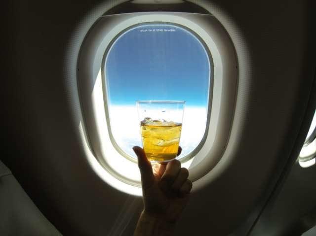 機内でお酒を飲む
