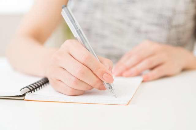 ノートに書き込みをする人