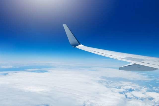 飛行機の窓からの空の景色