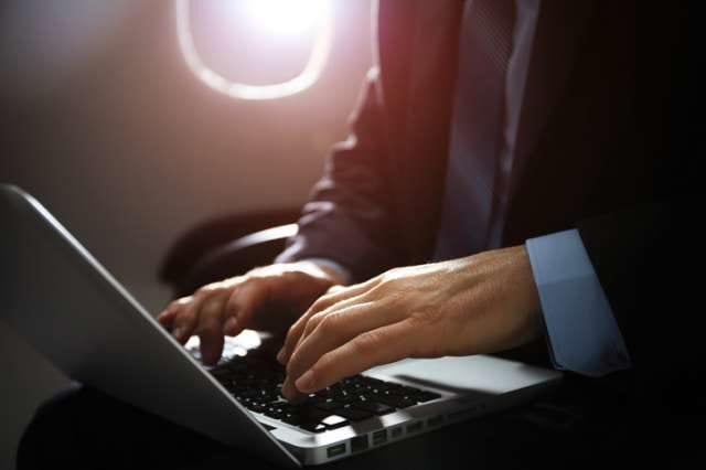 飛行機出張をするビジネスマン