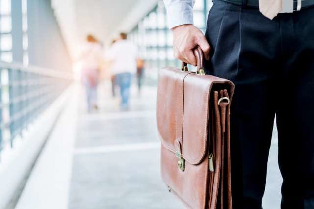 ガーメントバッグを持つ男性