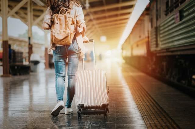 旅行に出発する女性