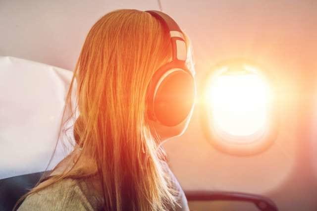 機内で音楽を聞く人