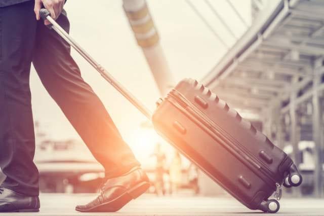 スーツケースを引くサラリーマン