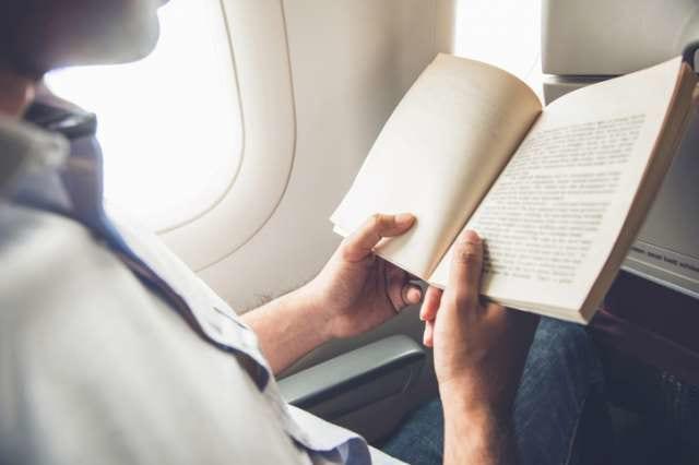 機内で本を読む人