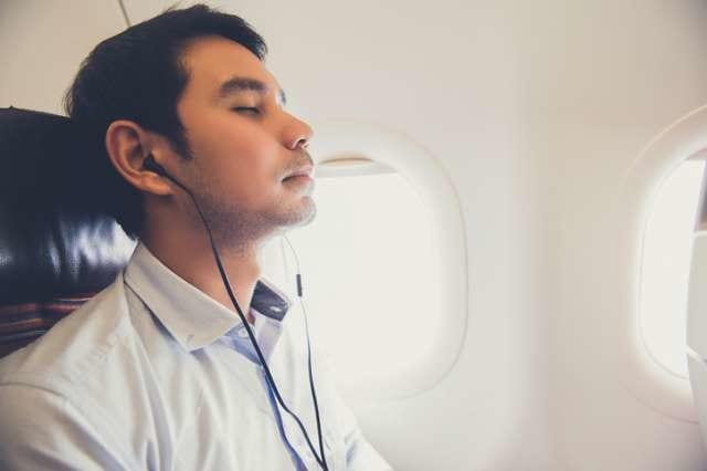 機内でラジオを聞く人