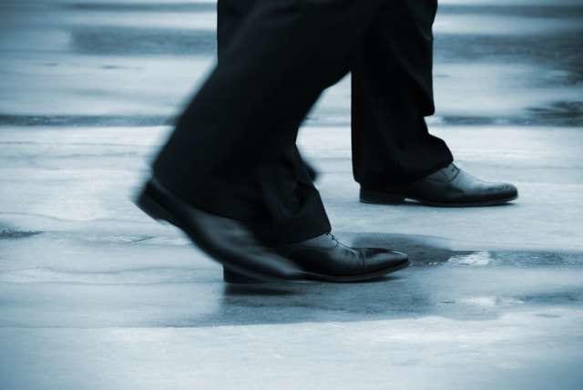 雨の中歩くサラリーマン