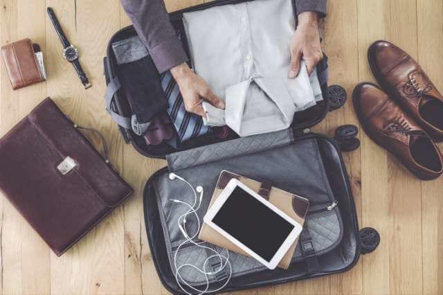 スーツをスーツケースに収納する