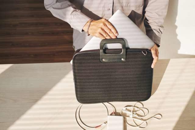 PCをバッグに収納する人