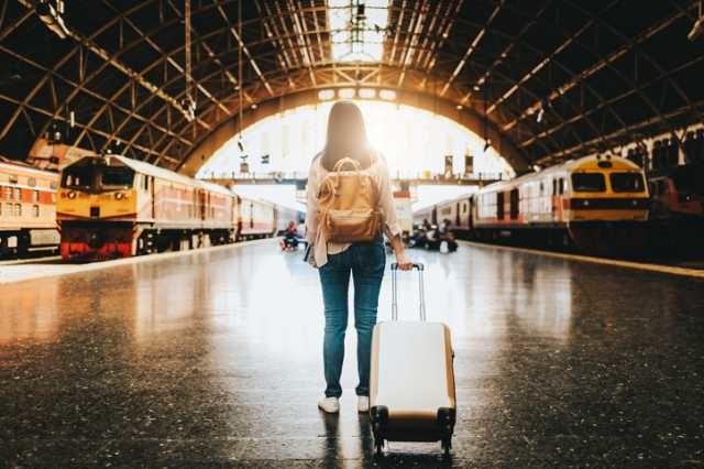 スーツケースを持って旅に出る人