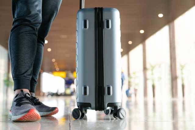 スーツケースを持つ人