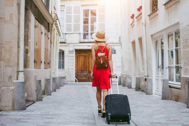 スーツケースを持って歩く人