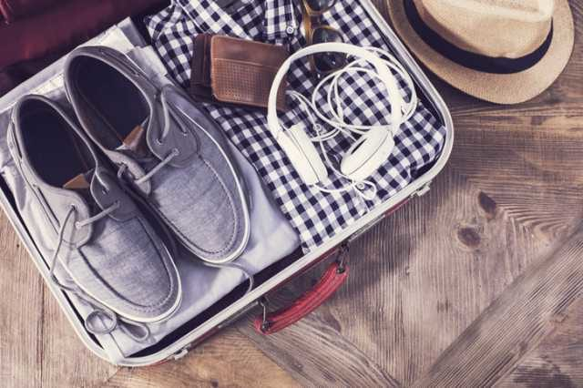 スーツケースに荷物を詰める