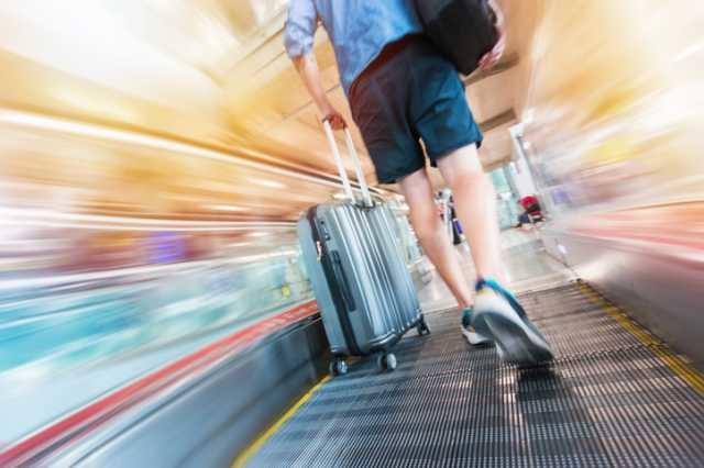 スーツケースを持って移動する人